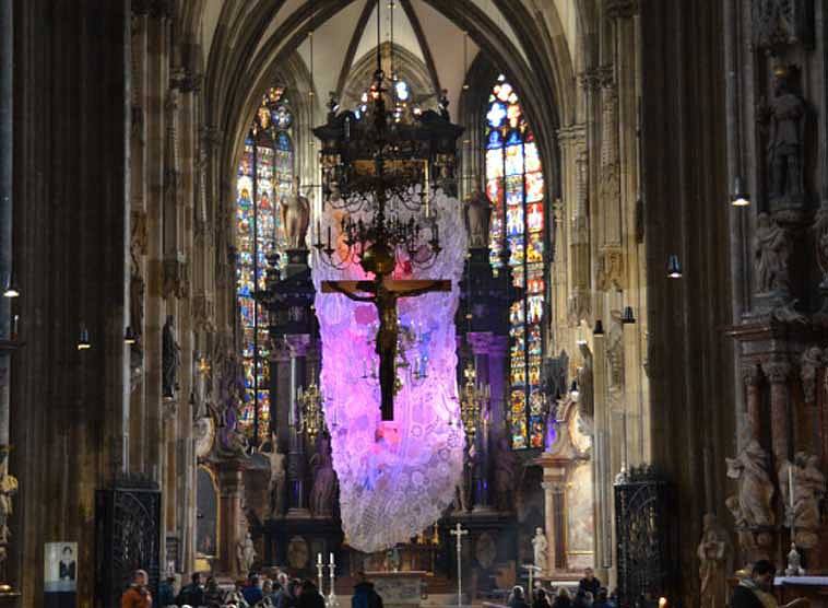 Fastentuch im Wiener Stephansdom - Installation in der Fastenzeit 2016