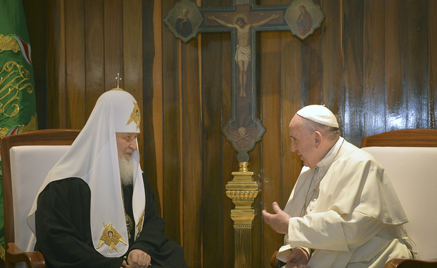 Download von www.picturedesk.com am 12.02.2016 (22:20). The head of the Russian Orthodox Church Patriarch Kirill, left, and Pope Francis talk during their meeting at the Jose Marti airport in Havana, Cuba, Friday, Feb. 12, 2016. This is the first-ev